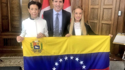 Canadian Prime Minister Justin Trudeau poses with Voluntad Popular's Antonieta López and Lilian Tintori. (Twitter/@liliantintori)